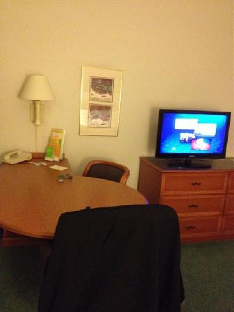 La Quinta Inn & Suites Denver Boulder - Louisville : Nice desk to work at. Outlets near back.
