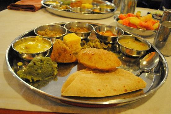 โรงแรมสะเกตพลาซา: Gujarati Thali as Lunch!