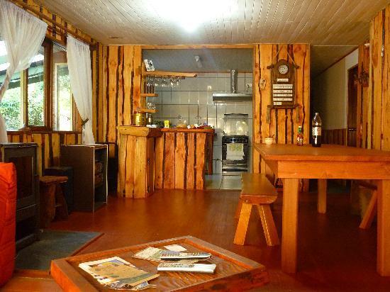 Ruka Pucon Hostel: Küche und Aufenthaltsraum