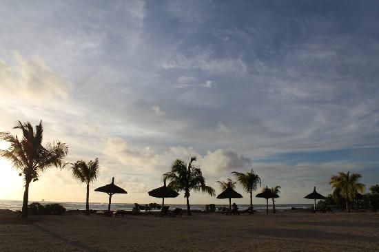 InterContinental Mauritius Resort Balaclava Fort: Couché de soleil avec la plage pour nous!