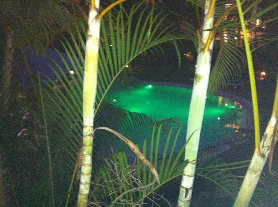 South Pacific Resort Noosa: pool area at night