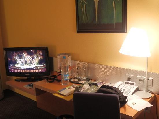GHOTEL hotel & living Munchen-City : tv e scrivania