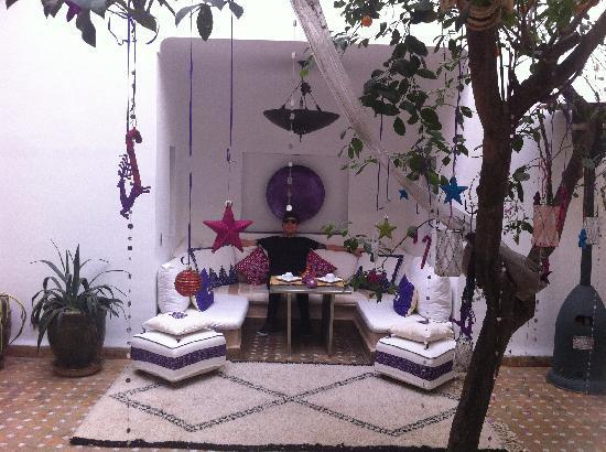 Dar Charkia: Relaxing in the courtyard