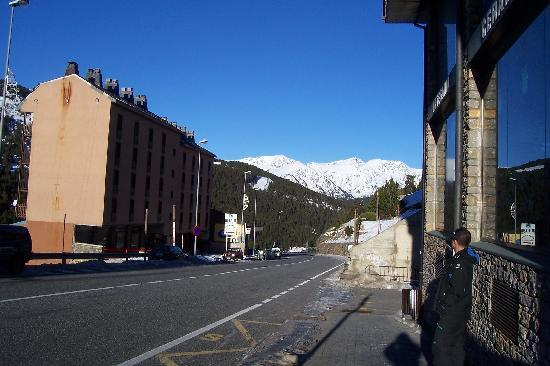 Hotel Austria: La carretera que pasa por delante, dirección Soldeu.