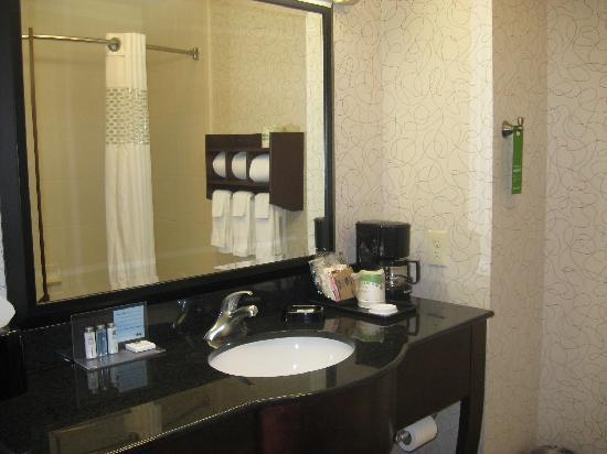 Hampton Inn Richmond-Airport: spacious bathroom with two sinks