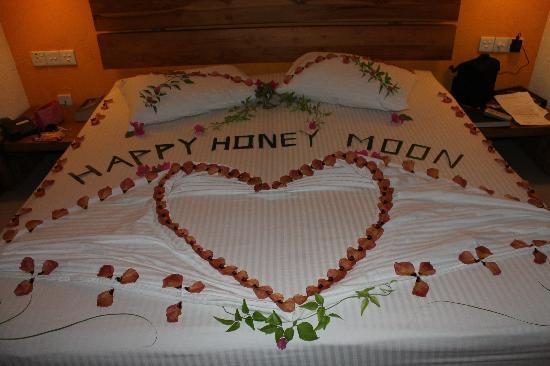 Adaaran Select Hudhuranfushi: Bed decorated for honeymoon