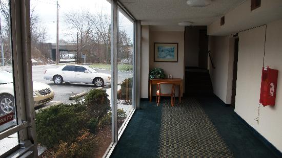 Rodeway Inn : Open hallway
