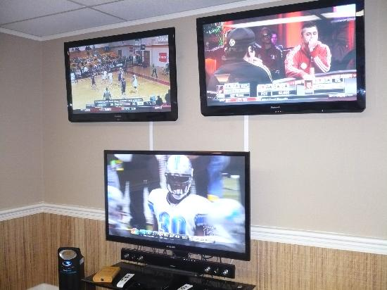 R&R Cigars: The 3 HDTV's in the Sports Room