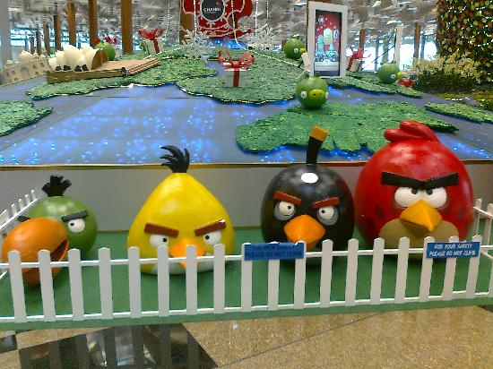 ‪سنغافورة: Quartet of Angry Birds at Singapore's Changi Airport Terminal 3‬