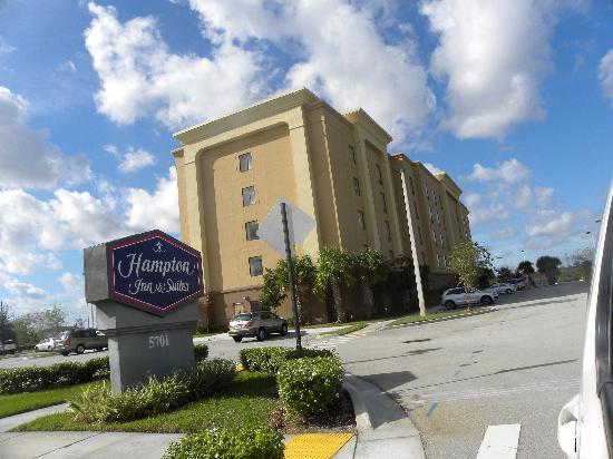 Hampton Inn & Suites Ft. Lauderdale/West-Sawgrass/Tamarac : Entrada al parquedero