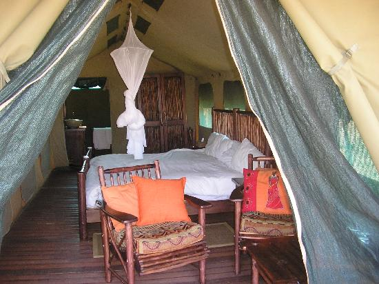Kwafubesi Tented Safari Camp: Very comfy bush tent beds, we didn't need the mosquito net