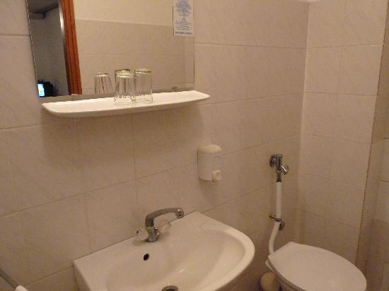 Hid Hotel: bathroom