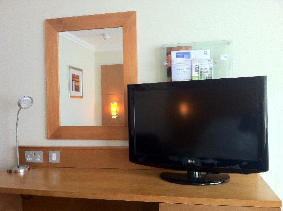 Holiday Inn Milton Keynes Central: Everything you'll need - good tele!