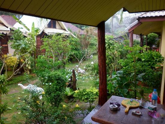 Fevrier Resort: Lek's garden!