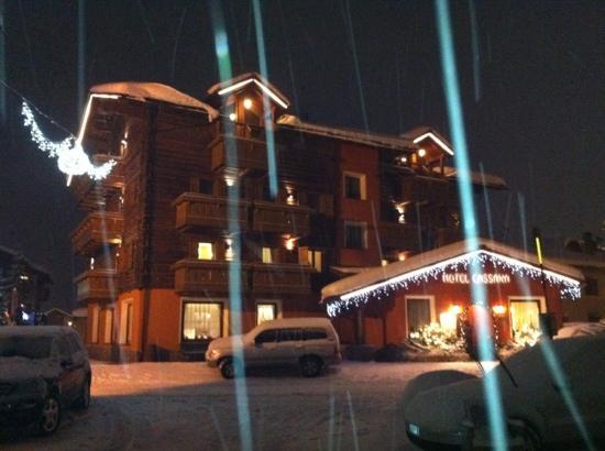 Hotel Cassana: esterno mentre nevicava