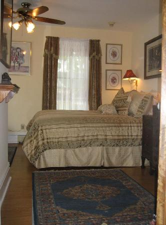 Village Green Bed and Breakfast: Brook Room