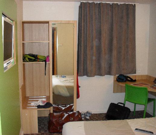 Hotel balladins Bobigny: Habitacion - armario y escritorio
