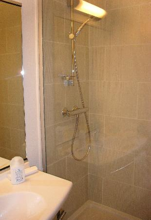 Hotel balladins Bobigny: Baño