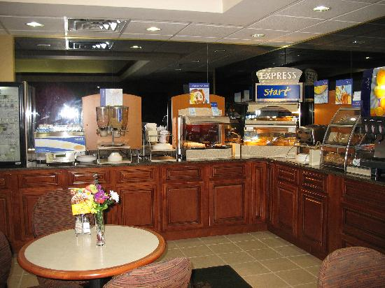 Holiday Inn Express Louisville Northeast: Nice breakfast area