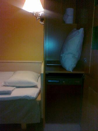 Hotelli Ville: Wardrobe and refrigerator