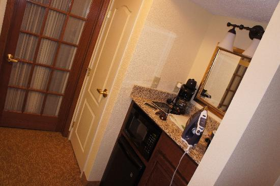 Country Inn & Suites By Carlson, Kansas City at Village West: Microwave and Fridge