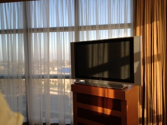 Four Seasons Hotel Silicon Valley at East Palo Alto: corner of the bedroom with a view