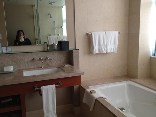 Four Seasons Hotel Silicon Valley at East Palo Alto: huge bathroom