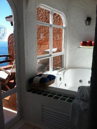 WorldMark Zihuatanejo: Master bath with a view