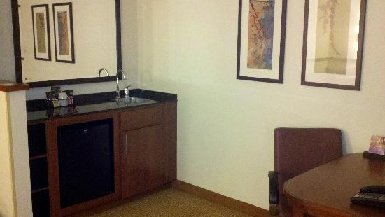 Hyatt Place Orlando Airport: Fridge/wet bar
