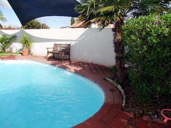 Sails Motor Inn : cool warm pool