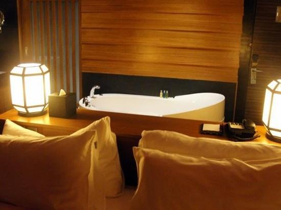 bathtub just behind the bed - Picture of Horizon Hotel, Kota ...