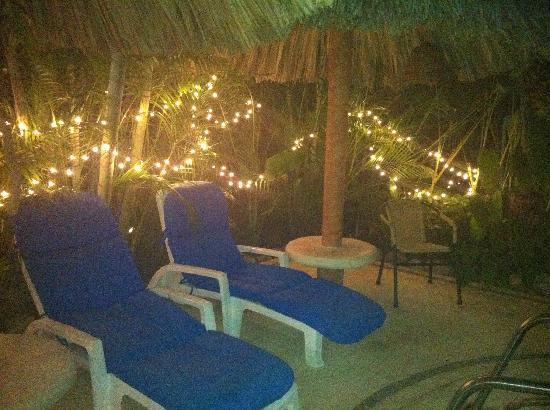 Casa Candiles Inn: Pool chairs at night