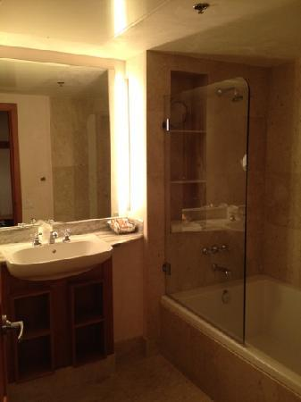Camel's Garden Hotel & Condominiums: large bath, lots of nooks for storage