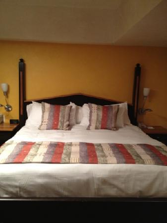 Camel's Garden Hotel & Condominiums: large comfy bed