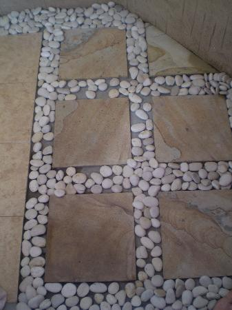 Villa Agung Beach Inn: shower floor