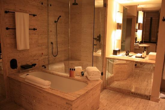Park Hyatt Milan: Walk in shower with bathtub