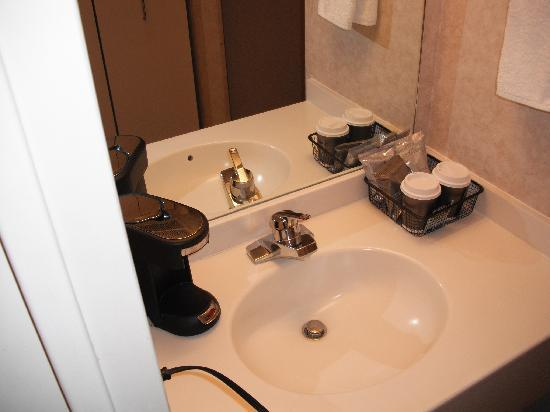 Royal Dearborn Hotel & Convention Center: Second sink and coffee service