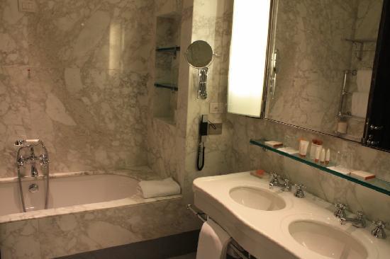 Portrait Roma : His & Hers washbasin and bathtub