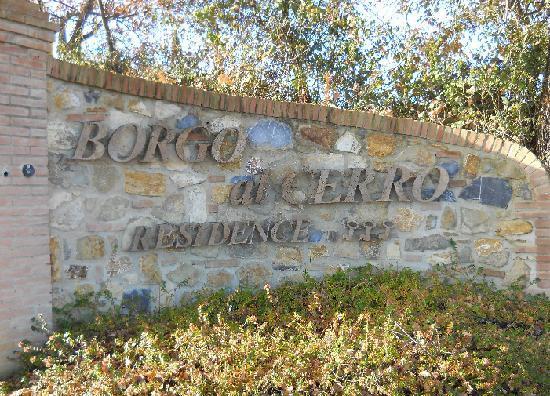 Borgo al Cerro: l' insegna principale al cancello d' ingresso...