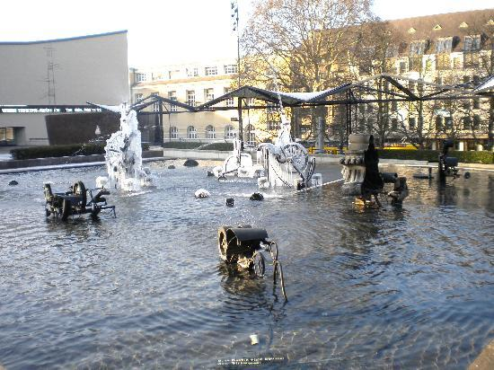 Tinguely-Brunnen: all the parts move