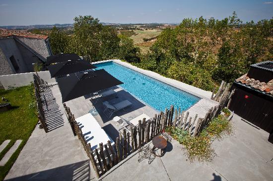 Hostellerie du Chateau de La Pomarede: Vue sur la piscine depuis une chambre