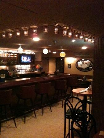 Altland House Inn and Suites: The Underside Bar at The Altland House