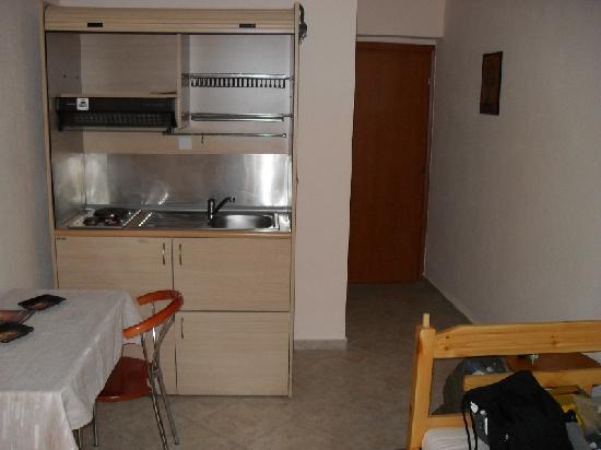 Thessaloniki Studios: Altra foto della camera doppia, ampia con tavolo e cucinino