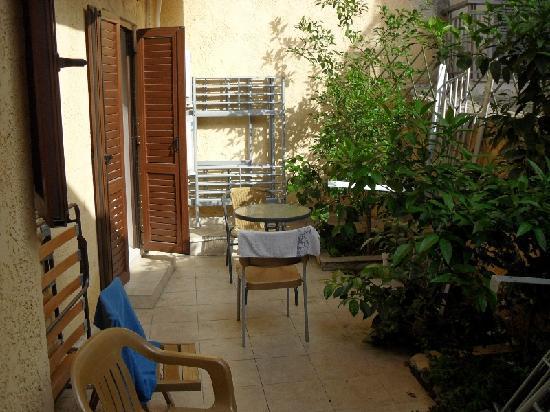 Thessaloniki Studios: Il terrazzino esterno della mia camera al piano terra