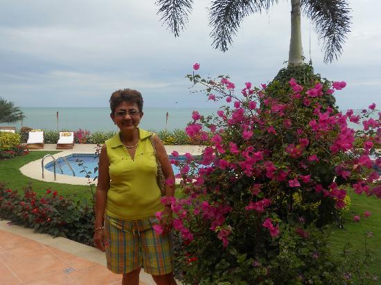 Hotel Boutique Playa Canela Salinas: Mom near the pool