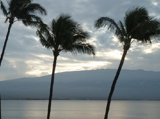 Island Sands Resort: Sunrise over Maui
