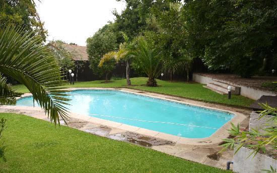 แอชดาวน์ เฮาส์: Gardens and pool