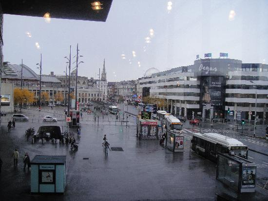 Hotel Lille Europe: City view from breakfast room
