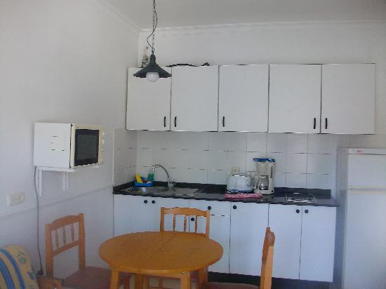 Los Veleros Apartments: Kitchen area