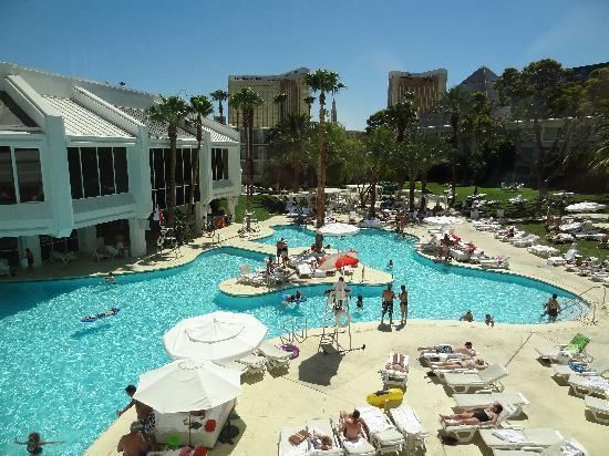 Tropicana Las Vegas - A DoubleTree by Hilton Hotel : Tropicana poolside (1)